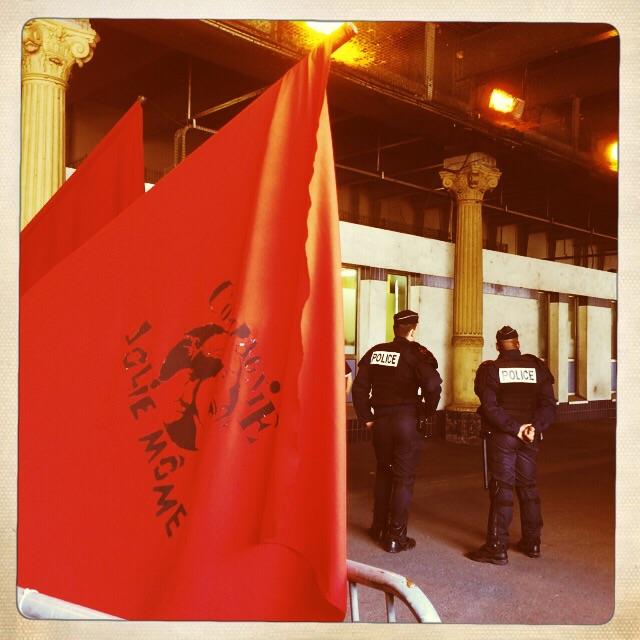 Devant le commissariat du 7ème arrondissement…
