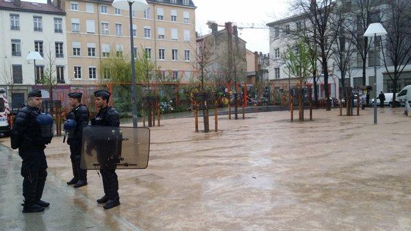 Place Mazagran à la Guillotière, des gendarmes mobiles ont été déployés pour interdire l'occupation « Nuit Debout Lyon ». ©LB/Rue89Lyon