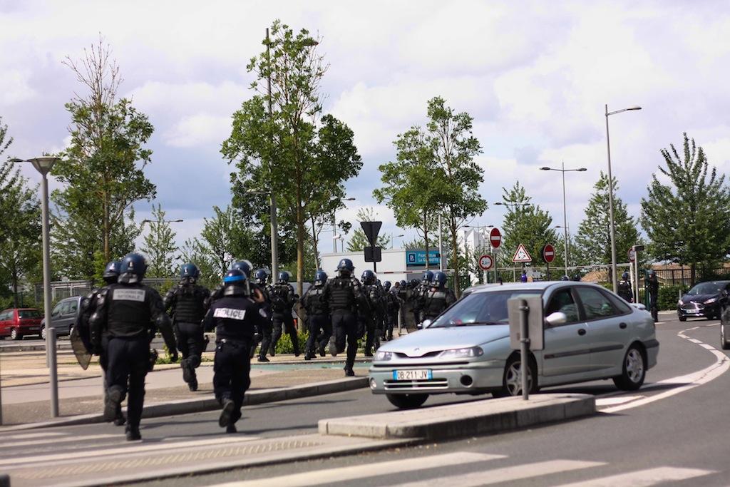 Gros déploiement de force de l'ordre pour empêcher l'action du Collectif de luttes 33 (CP/Rue89 Bordeaux)